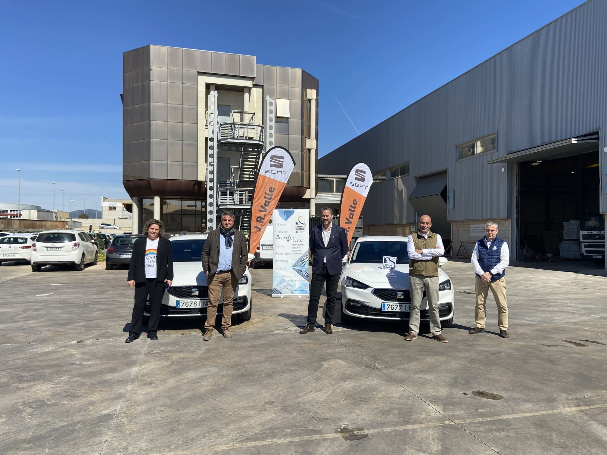 J.R.-Valle-entrega-vehiculos-SEAT-Grupo-Sopena-Innovations-2021